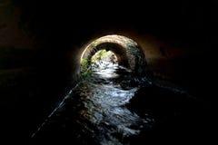 ? l'int?rieur du tunnel hydrodynamique fonc? avec l'?coulement de l'eau 2 photographie stock