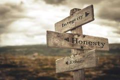 L'integrità, l'onestà e l'etica muniscono di segnaletica in natura immagini stock libere da diritti