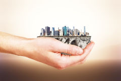 L'intera città nel vostro concetto delle mani Fotografia Stock Libera da Diritti