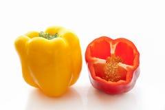 L'intera metà gialla e rossa ha tagliato i peperoni dolci freschi Immagini Stock Libere da Diritti