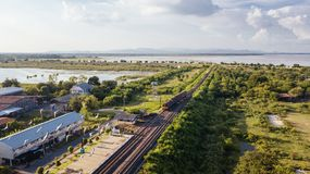 L'interdiction Kok de station de train de vue aérienne a lancé le barrage Lopburi de PA Sak thaïlandais Image libre de droits