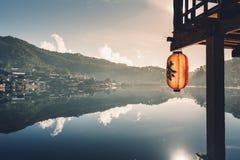 L'interdiction Rak de villages et de lacs thaïlandais est peu de village qui entoure un petit lac image stock