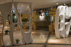 L'interior design, curve moderne di plastica bianche mura il divisore Fotografia Stock