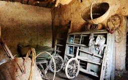 L'interiore della casa del coltivatore anziano Immagini Stock Libere da Diritti