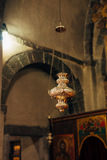 L'interiore della chiesa Icone, candeliere, candele in una piccola chiesa Immagini Stock Libere da Diritti