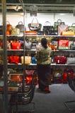 L'International a spécialisé l'exposition pour des chaussures, sacs et les accessoires Mos Shoes Woman choisit des sacs Image stock