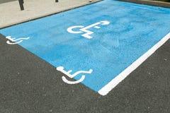 L'internazionale ha handicappato il simbolo dipinto in blu luminoso su un posto-macchina del centro commerciale Lo spazio è segna Fotografia Stock