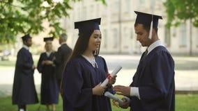 L'internazionale si laurea con i diplomi che hanno conversazione, studiante sullo scambio stock footage