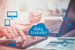 L'Internet en ligne de réseau informatique de transfert des données relient le concept images stock