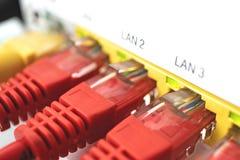 L'Internet est branché Les connecteurs sont branchés L'indication clignote Tout fonctionne photographie stock libre de droits