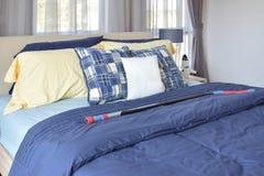 L'interno alla moda della camera da letto con il blu ha modellato i cuscini sul letto Immagine Stock