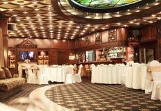 L'interno classico del ristorante è fatto di mogano fotografia stock libera da diritti