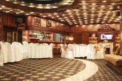 L'interno classico del ristorante è fatto di mogano immagine stock