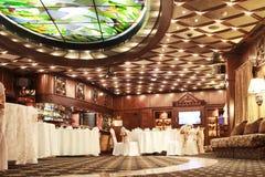 L'interno classico del ristorante è fatto di mogano fotografie stock libere da diritti