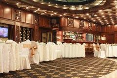 L'interno classico del ristorante è fatto di mogano fotografia stock