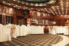 L'interno classico del ristorante è fatto di mogano immagini stock libere da diritti