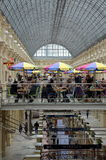 L'interno del centro commerciale della GOMMA a Mosca Immagini Stock