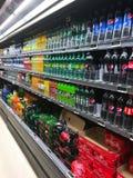 L'interno del negozio di alimentari del supermercato ha riempito di merci sugli scaffali Fotografia Stock