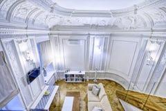 L'interno dell'appartamento spazioso nei toni bianchi Fotografie Stock Libere da Diritti