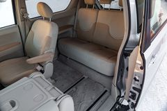 L'interno dell'automobile nella parte posteriore di un furgoncino con una porta automatica spalancata ed in una vista anteriore e immagine stock libera da diritti