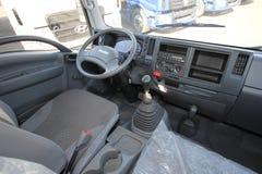L'interno dell'interno di Isuzu della cabina del camion - Russia, Mosca, il 24 settembre 2016 fotografia stock