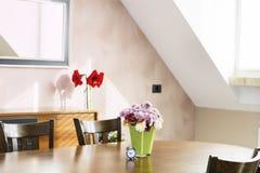 L'interno della casa con i crisantemi fiorisce in vaso di vetro verde Fotografia Stock