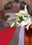L'interno della chiesa è decorato con i fiori bianchi durante il Th Fotografie Stock
