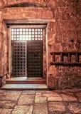 L'interno della porta aperta della chiesa del santo sotterra, colloca di dove Gesù è stato crocifitto immagini stock
