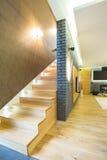 L'interno di legno di staricase ha progettato l'appartamento immagini stock