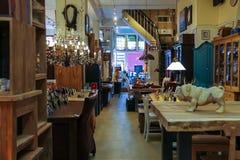 L'interno di mobilia ed i prodotti fatti a mano di legno comperano Fotografie Stock Libere da Diritti