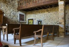 L'interno di pietra antica molto piccola ha costruito la chiesa cattolica del museo nel villaggio storico di Le Poet Laval in Fra fotografia stock libera da diritti