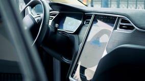 L'interno di un'automobile elettrica con il suo processo di ricarica ha visualizzato su un pannello archivi video
