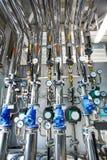 L'interno di un locale di caldaia industriale con un gran numero di p fotografia stock libera da diritti