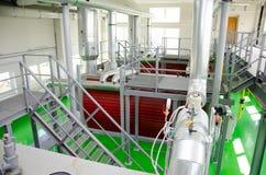 L'interno di una stanza industriale moderna della caldaia a gas Condutture, pompe idrauliche, valvole, manometri Fotografie Stock