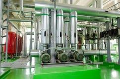 L'interno di una stanza industriale moderna della caldaia a gas Condutture, pompe idrauliche, valvole, manometri Fotografia Stock