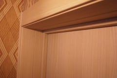 L'interno di una stanza installata con un nuovo interno Porta La porta installata armoniosamente complementa l'interno della stan fotografia stock