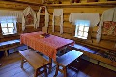 L'interno di vecchia capanna russa del ceppo a Pushkin Mikhailovskoe fotografia stock