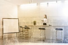 L'interno moderno bianco della barra, deride su, donna Fotografia Stock Libera da Diritti
