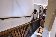 L'interno moderno elegante del negozio dell'abbigliamento con le scale Immagine Stock