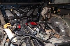 L'interno nella parte posteriore di un furgone con un rivestimento smontato, sedili dell'automobile ha rimosso, pezzi di ricambio fotografia stock libera da diritti