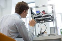 L'interno piacevole dei giovani che impara le stampanti 3D lavora l'algoritmo Fotografie Stock Libere da Diritti