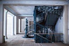 L'interno spazioso di vecchio palazzo durante il lavoro di ripristino fotografie stock