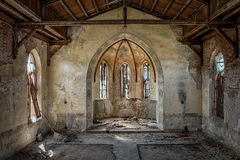 L'interno vuoto di vecchia chiesa cristiana Fotografie Stock