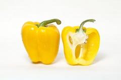 L'intero colore giallo del taglio e del peperone dolce giallo dentro a metà è Fotografia Stock Libera da Diritti