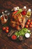 L'intero pollo o il tacchino arrostito è servito con i pepers e la erba cipollina dei peperoncini rossi fotografia stock libera da diritti