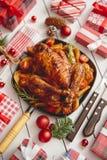L'intero pollo o il tacchino arrostito è servito in pentola del ferro con la decorazione di Natale fotografie stock