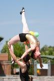 L'interprète de cirque soulève la femelle au-dessus de sa tête Photographie stock libre de droits