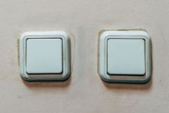 L'interruttore della luce sulla parete fotografia stock libera da diritti
