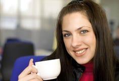 L'intervallo per il caffè dà il sorriso Fotografia Stock