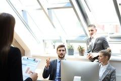 L'intervista di lavoro con il datore di lavoro, uomo d'affari ascolta le risposte del candidato immagini stock libere da diritti